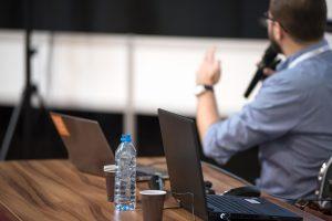 Vortragender spricht auf Seminar