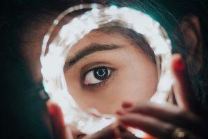 Frauenauge umrandet mit Lichterkette